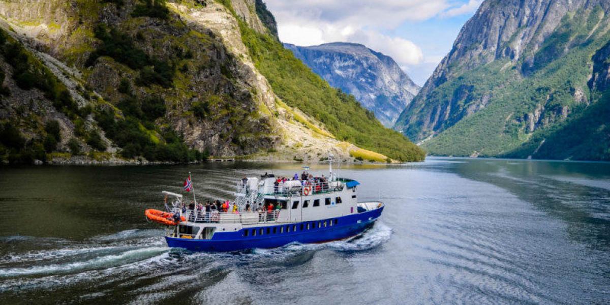 Barco en fiordos noruegos