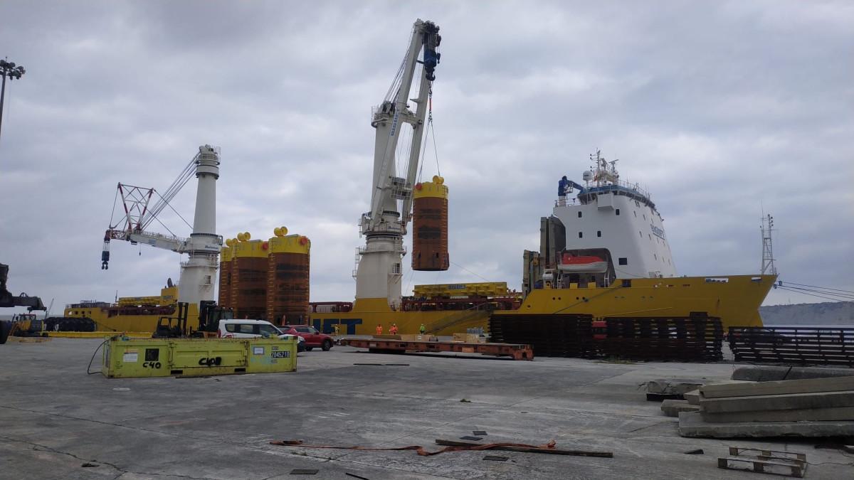 Puerto Bilbao, carga torres eou0301licas off shore